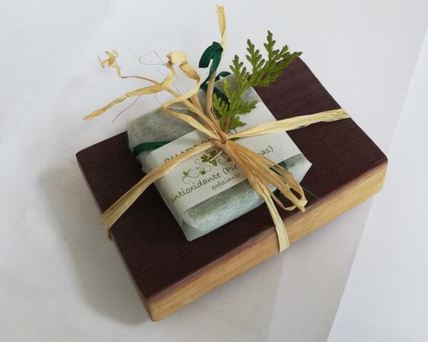jabonera con jabón exfoliante de chardonnay